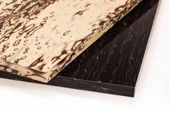 Den pläterade particleboardträflismaterialet används i möblemanget ind arkivfoton