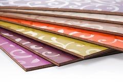 Den pläterade particleboardträflismaterialet används i möblemanget ind arkivbilder