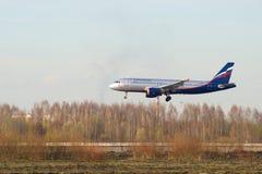 Den plana Aeroflot flygbussen A320-214 VP-BWD) landar i den Pulkovo flygplatsen Royaltyfri Bild