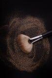Den plana rodnadborsten med rodnad på den, lossar pulver och blänker rodnad, på svart bakgrund arkivbilder