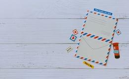 Den plana sikten av tom vykortåtlöje upp ram dekorerar med klistermärkear på den träbeigea tabellen arkivfoton