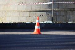 Den plast- kotten för signalerandetrafik inneslutar ett ställe i parkeringsplatsen för lastbilar Fotografering för Bildbyråer