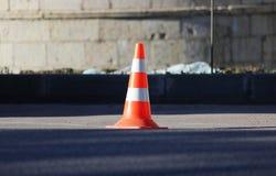 Den plast- kotten för signalerandetrafik inneslutar ett ställe i parkeringsplatsen för lastbilar Arkivfoto