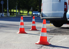 Den plast- kotten för signalerandetrafik inneslutar ett ställe i parkeringsplatsen för lastbilar Royaltyfria Foton