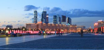 Den Poklonnaya goraen parkerar i Moskva arkivbild