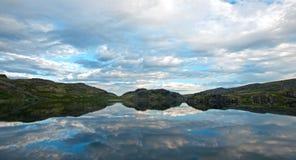 Den polara aftonen landskap med laken Arkivbild