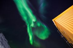 Den polara arktiska för norrskenhimmel för nordliga ljus stjärnan i Norge Svalbard i berg för Longyearbyen stadsmåne Royaltyfri Bild
