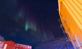 Den polara arktiska för norrskenhimmel för nordliga ljus stjärnan i Norge Svalbard i berg för Longyearbyen stadsmåne Royaltyfria Bilder