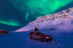 Den polara arktiska stjärnan för himmel för norrsken för nordliga ljus för man i Norge Svalbard i berg för Longyearbyen stadsmåne Royaltyfri Fotografi