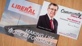Den politiska plattformen och gemenskap kontrollerar in från Richard Brown, PEI Liberal Party för det provinsiella valet fotografering för bildbyråer