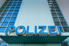 Den Polizei polisen undertecknar stationen Front Entrance Authority Blue Shield Arkivfoton