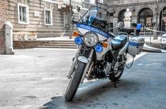Den Polizia municipalepolisen cyklar Fotografering för Bildbyråer
