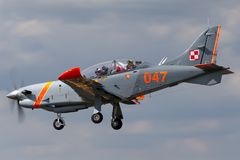 Den polska flygvapenPZL-Okecie PZL-130 TC-1 Orlik turbopropmotorn, enkel motor, två placerar instruktörflygplan Royaltyfri Bild