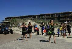 Den Polynesian dansgruppen visar deras flyttningar i barfota Mardi Gras Parade Royaltyfria Bilder