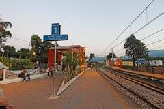 Den Pompeii Scavi stationen på den Circumvesuviana drevlinjen nära ta sig en tupplur Arkivfoton