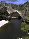 Den Pont d'Arcen är en naturlig bro i Ardechen Royaltyfri Foto