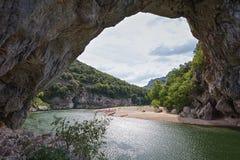 Den Pont d'Arcen är en stor naturlig bro Royaltyfri Foto