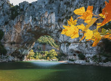 Den Pont d'Arcen är en stor naturlig bro Arkivbild