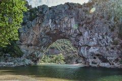 Den Pont d'Arcen är en stor naturlig bro Arkivbilder