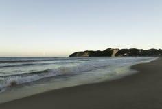 Den Ponta Negra stranden och Morro gör Careca arkivbilder