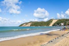 Den Ponta Negra stranden och Morro gör födelse- Careca -, Rio Grande Do Norte, Brasilien royaltyfri bild