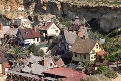 Den Popeye byn, filmsetfamilj parkerar, ön Malta Arkivbilder