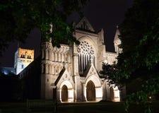 Den populära kyrkan för den turistSt Albans abbotskloster i natt tänder illuminat royaltyfri fotografi