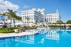 Den populära semesterorten Amara Dolce Vita Luxury Hotel Med tips och vatten parkerar och fritids- område längs havskusten Arkivfoton