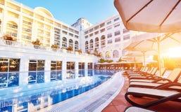 Den populära semesterorten Amara Dolce Vita Luxury Hotel Med tips och vatten parkerar och fritids- område längs havskusten i Turk Arkivbild