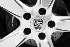 Den Porsche logoen royaltyfria bilder