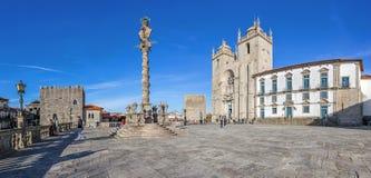 Den Porto domkyrkan eller Se Catedral gör Porto och ställa vid skampålen i den domkyrkafyrkantaka Terreiro da Sen Royaltyfri Foto