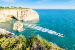 Den Portugal Algarve strandgrottan besökte med erfarenhetsfartyget Royaltyfri Foto