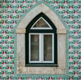 Den Portugal klassikern belägger med tegel historiska dörrar arkivbild