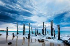 Den portWillunga bryggan fördärvar på en mulen dag royaltyfri fotografi