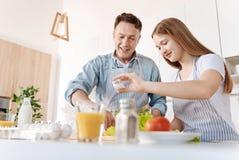 Den positiva flickan och hennes carign avlar matlagninggrönsaksallad arkivfoton