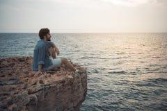 Den positiva grabben tycker om det ändlösa havet royaltyfria bilder
