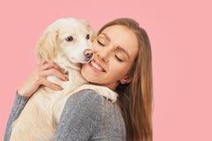 Den positiva kvinnlign med glat uttryck och hennes hund som tillfredsställs efter, går utomhus-, har bra förhållanden, isolerad b royaltyfria bilder