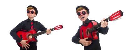 Den positiva pojken med gitarren som isoleras på vit arkivfoton