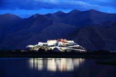 Den Potala slotten (i Lhasa, Tibet) arkivfoton