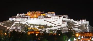 Den Potala slotten i natt Arkivbilder