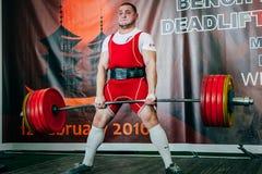 Den Powerlifter idrottsman nen ska försöka till deadlift Arkivbilder
