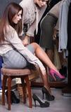 Pröva nytt skor på royaltyfria bilder