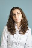 Den pröva unga kvinnan gör ett beslut Arkivfoton