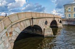 Den Prachechny bron över Fontankaen Arkivfoton
