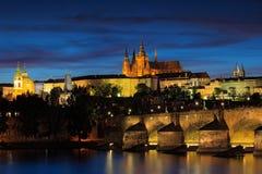 Den Prague slotten, den gotiska stilen, den största forntida slotten i världen och Charles Bridge är symbolerna av tjeckisk huvud Fotografering för Bildbyråer