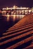 Den Prague slotten och Charles överbryggar att avspegla i den Vltava floden, nigh Royaltyfria Foton
