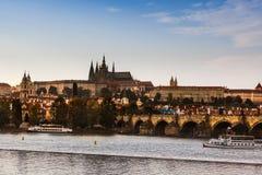 Den Prague slotten och Charles Bridge i tjeck Royaltyfri Foto
