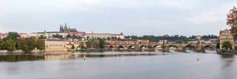 Den Prague slotten och Charles Bridge korsar den Vitava floden och stöttar vikten av 30 helgon royaltyfria bilder