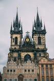 Den Prague slotten står högt på regnig dag Arkivbild