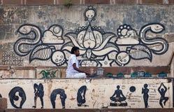 Den praktiserande yogan för person arkivfoto